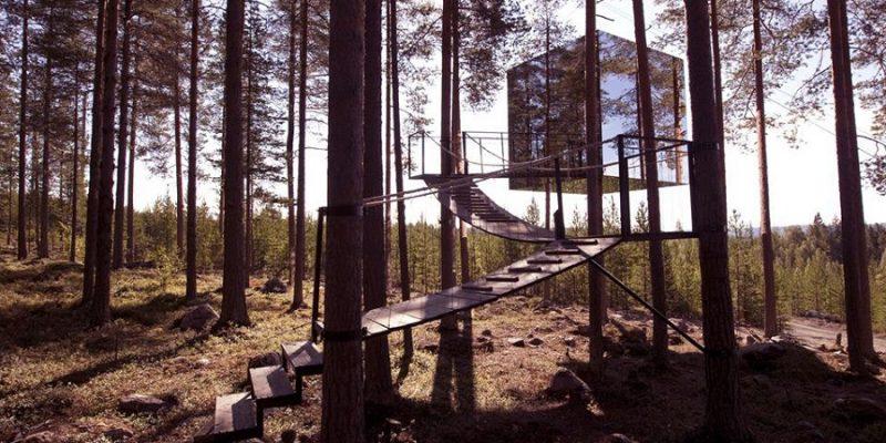 Buitenkant-mirrorcube-kamer-van-het-Treehotel-in-Harads-Zweden-(c)Treehotel