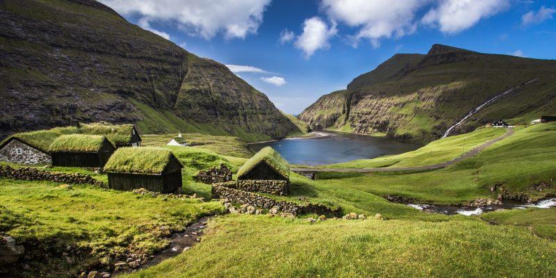 Faeroer-eilanden-landschap-met-huisjes-met-grasdakje