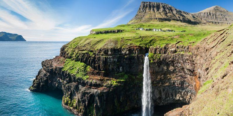 Faeroer-eilanden-waterval-uit-berg