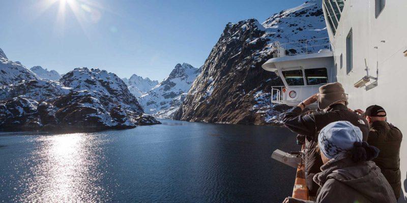 Hurtigruten-landschappen-bewonderen-vanop-het-dek