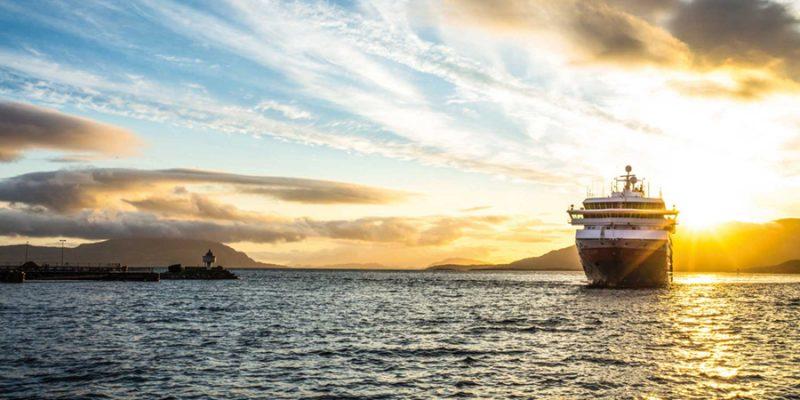 Hurtigruten-met-zon-zeereis-langs-de-Noorse-kust
