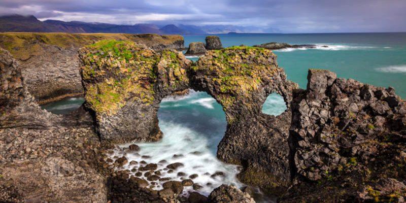 IJsland-Arnarstapi-rotsen-in-de-zee