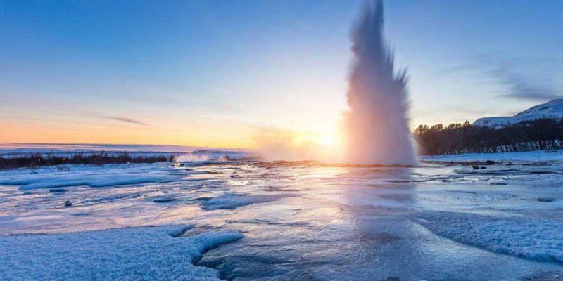IJsland geiser in winterlandschap
