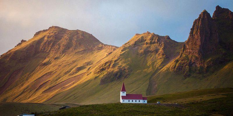 IJsland-wit-kerkje-in-het-landschap