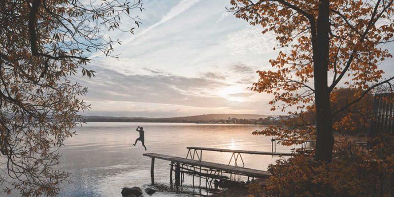 In-het-meer-springen-in-de-nazomer-in-Lapland