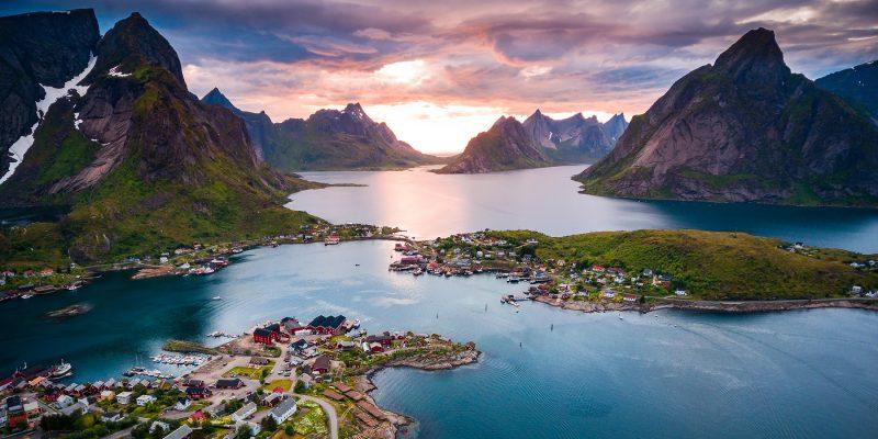 Lofoten-eilanden-Noorwegen-spitse-bergen-en-zonsondergang