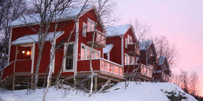 Logeer-in-een-seaside-cabin-in-Malangen-resort
