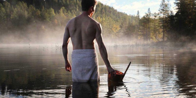 Man-in-het-meer-na-sauna