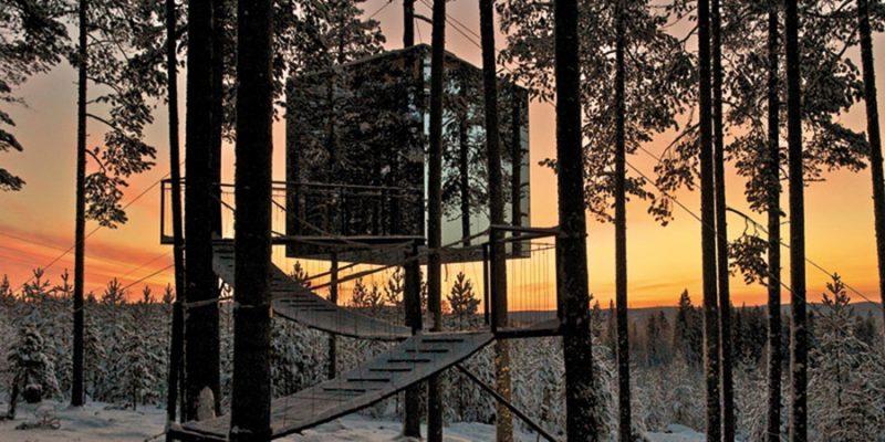 Mirrorcube-boomhut-bij-zonsondergang-in-het-Treehotel