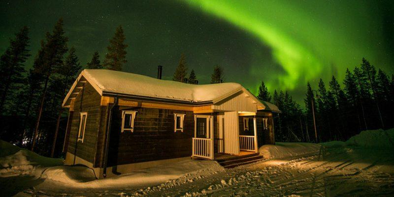 Noorderlicht boven chalet Valkea Lapland