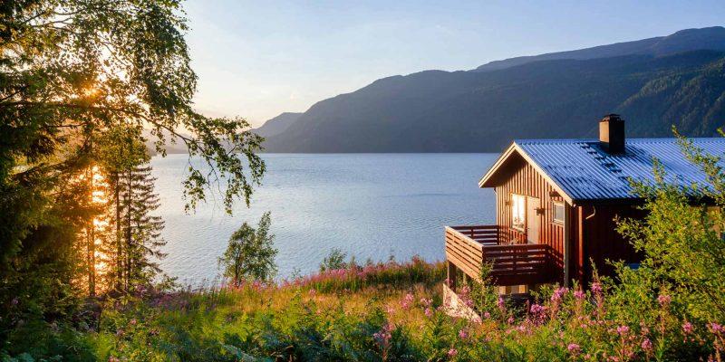 Noorwegen-blokhut-aan-de-fjord