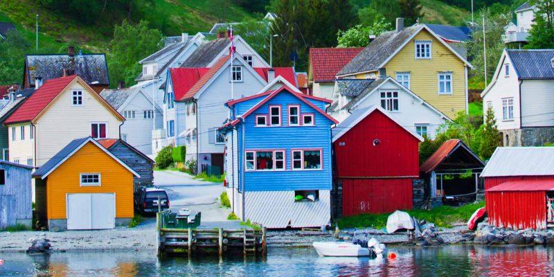 Noorwegen-gekleurde-huisjes-langs-de-kust