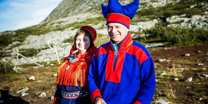 Sami-koppel-in-traditionele-outfit-Lapland