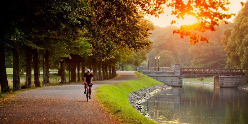 Stockholm-fietser-bij-kanaal_djurgÜrden-3732