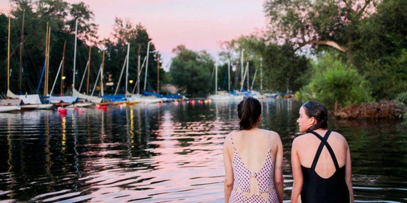 Stockholm-zomer-in-de-stad-meisjes-zwemmen