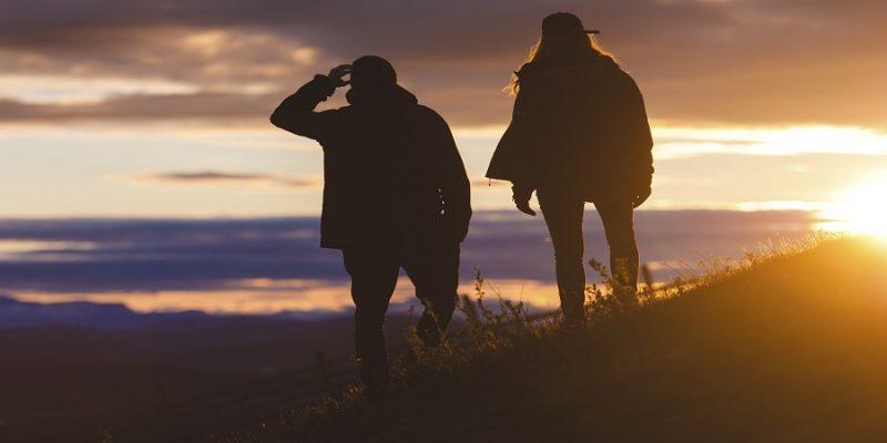 Wandelen-onder-de-middernachtzon-Lapland