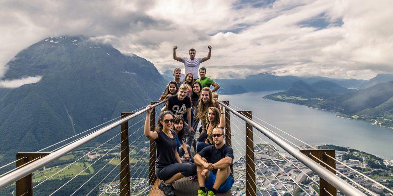 Groep-op-berg-in-Alesund-Noorwegen