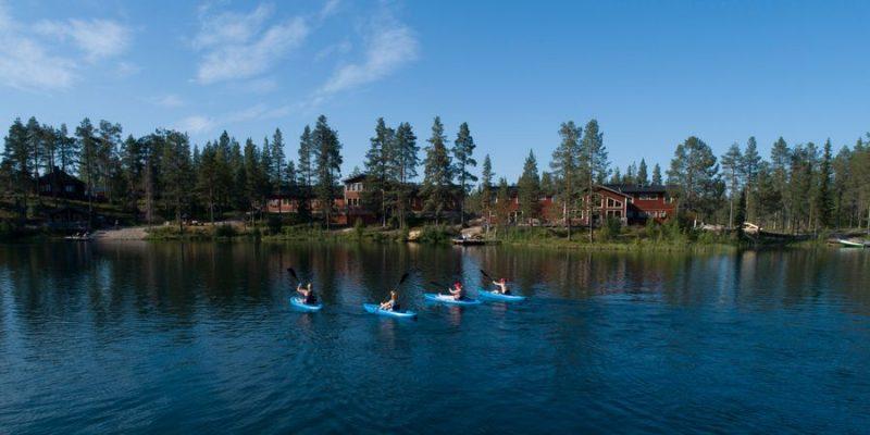 Kajakken bij de Pinetree Lodge in de zomer in Lapland