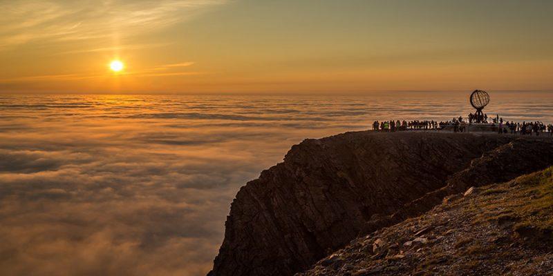 Magische-middernachtzon-aan-de-Noordkaap-in-Noorwegen