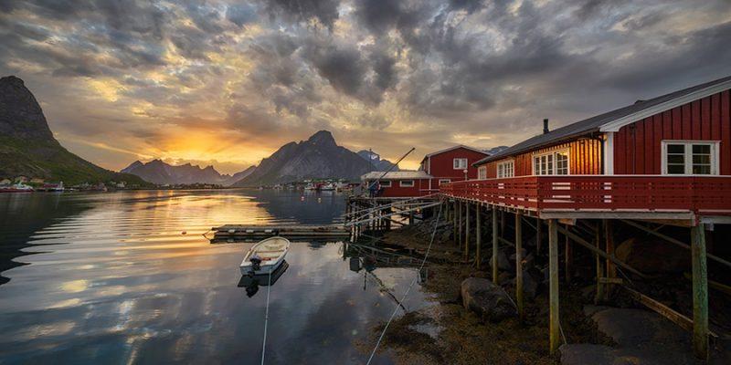 Middernacht-in-Reine-op-de-Lofoten-in-Noorwegen