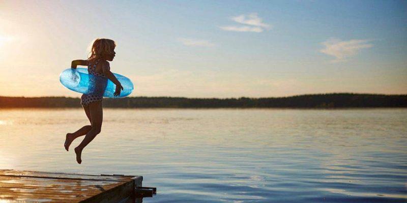 Spelen-in-het-water-Zweden--Clive-Tompsett