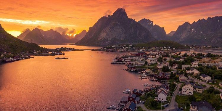 De-middernachtzon-kleurt-de-hemel-naar-Lapland-in-de-zomer-met-Nordic