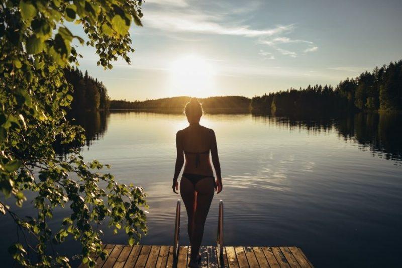 Frisse duik in een Fins meer na de sauna.