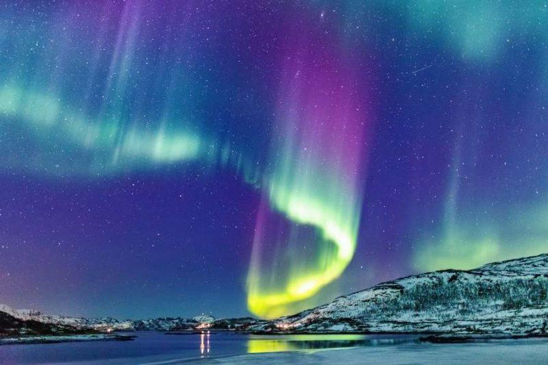 Noorderlicht boven de kust van Noorwegen reizen met Nordic