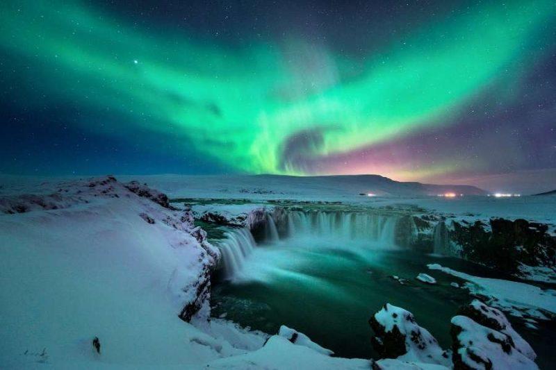 Noorderlicht in IJsland aan de Godafoss waterval Nordic
