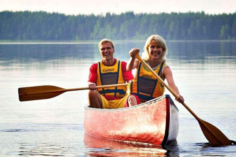 Romantisch samen kanovaren in FInland in Koli Nationaal Park met Nordic