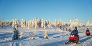Sneeuwscooter-tocht-met-een-groep-door-Lapland-Finland-met-Nordic