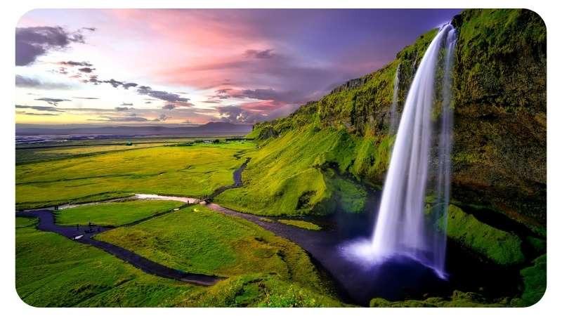 Watervallen in Ijsland met ondergaande zon Nordic