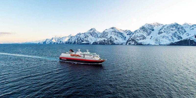 Besneeuwde-bergen-in-Noorwegen-©-Ïrjan-Bertelsen-Hurtigruten-9-800x400