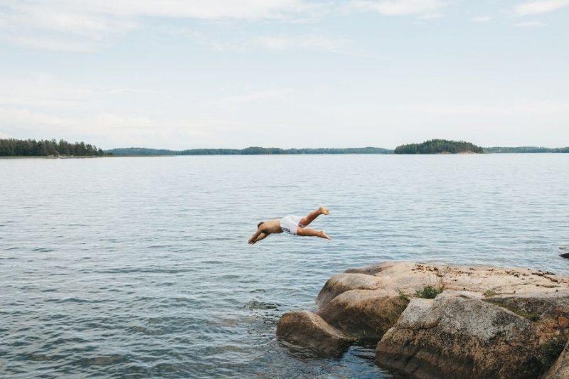 Duik-in-de-Finse-meren-op-gezinsvakantie-naar-Finland-©-Emilia-Hoisko-800x533