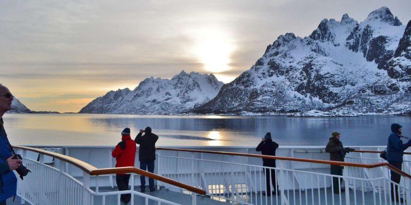 Het-uitzicht-bewonderen-op-Hurtigruten-cruise-met-Nordic