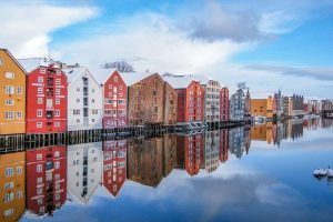 Kleurrijke-huisjes-in-Trondheim-op-Hurtigruten-zeereis-met-Nordic-300x200