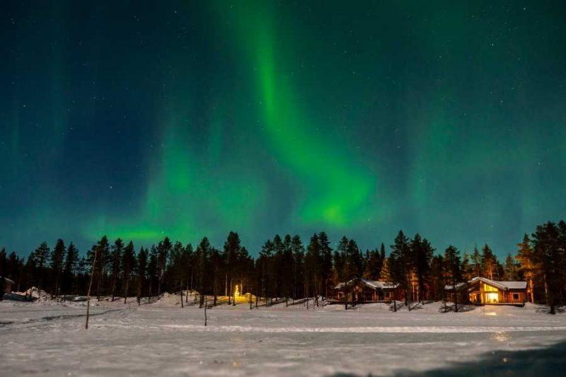 Noorderlicht boven de PinetreeLodge in Zweeds Lapland