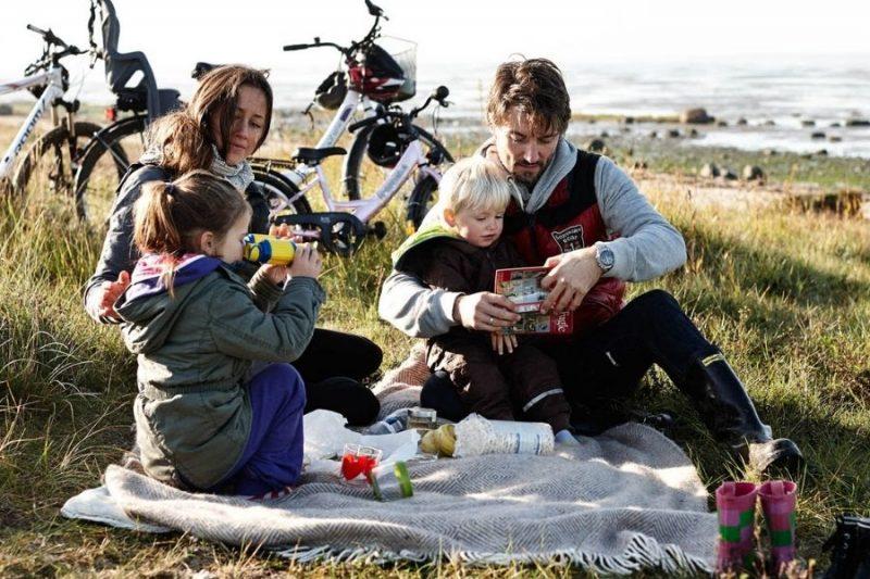 Picknicken-op-gezinsvakantie-naar-Denemarken-met-Nordic-©Vadehavet-VisitDenmark-800x533