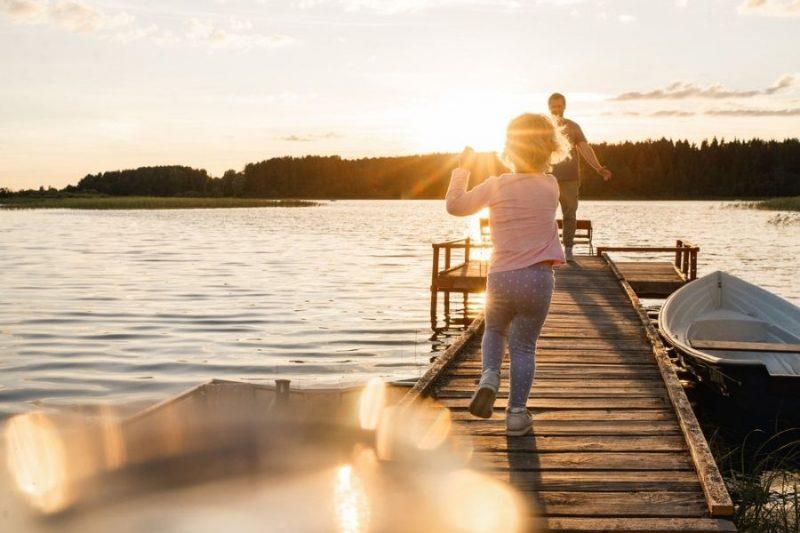 Waterpret-aan-de-Finse-meren-op-gezinsvakantie-naar-Finland-met-Nordic-800x533