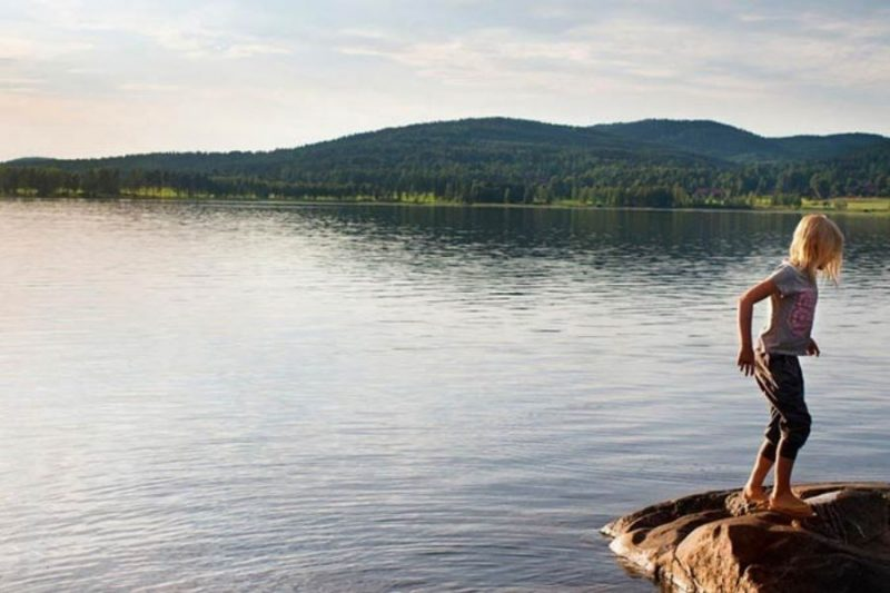 Waterpret-aan-een-meer-in-Zweden-gezinsvakantie-naar-Zweden-met-Nordic-©Johan-Willner-800x533