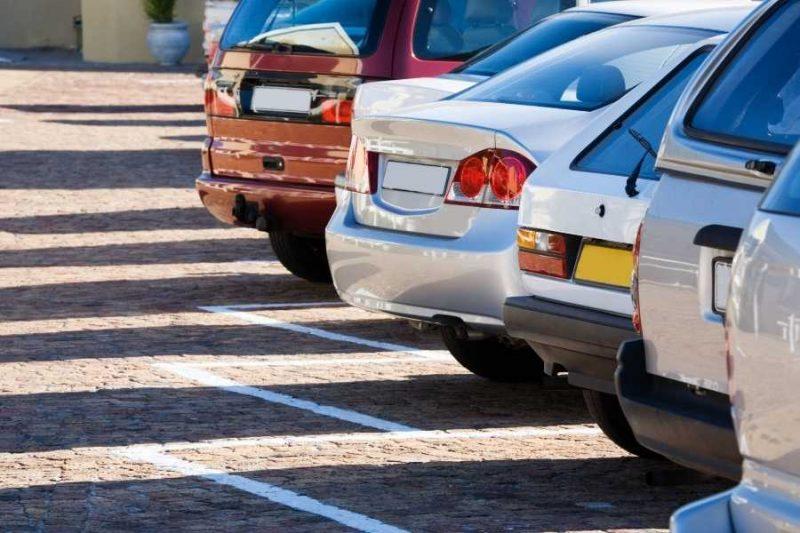 Geparkeerde auto's op een parkeerplaats bij een luchthaven