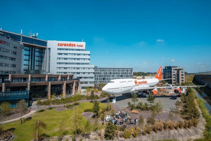 Het Corendon Hotel in Badhoevendorp met Boeing in de tuin