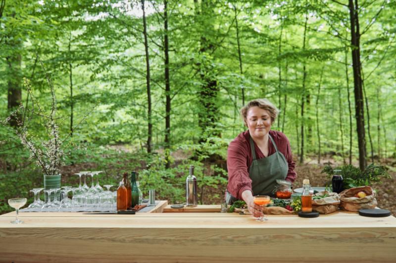 Vrouw aan cocktailbar in de Zweedse natuur