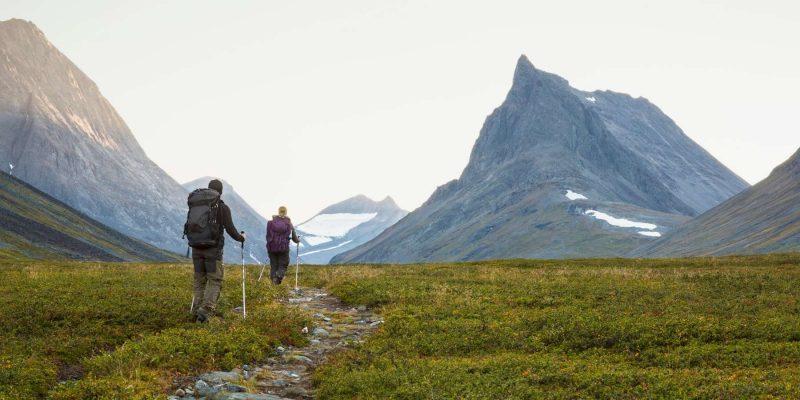 Wandelende mensen tussen de bergen in Lapland
