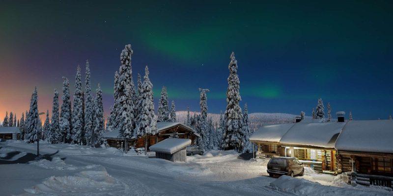 Noorderlicht boven een lodge in Lapland