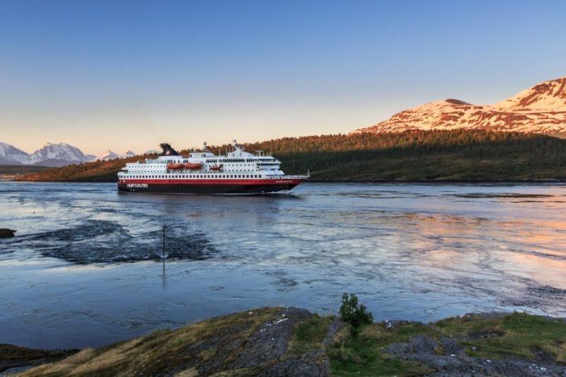 Op-Hurtigruten-zeereis-met-Nordic-boek-nu-je-cruise-met-mooie-kortingen-1-800x533
