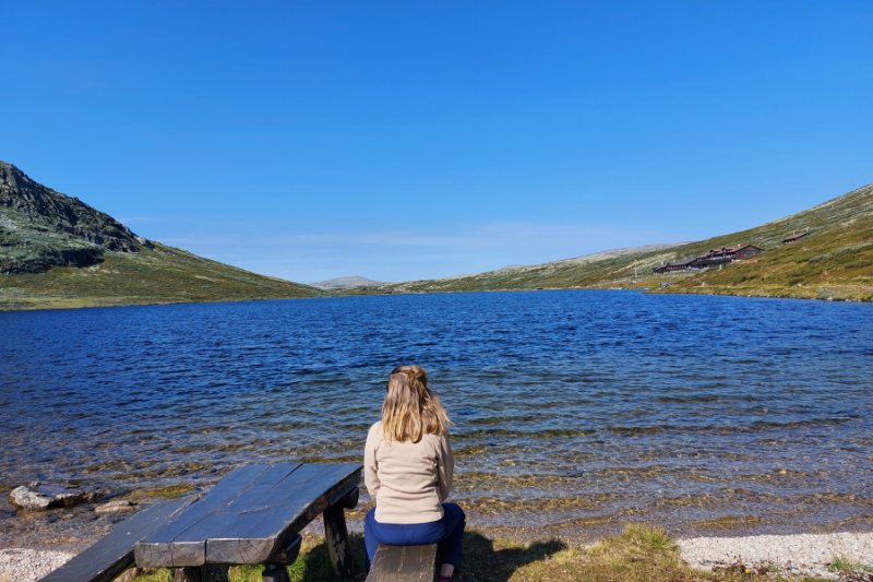 Wandeling in Rondane Nationaal Park, uitrusten op een bankje aan het water