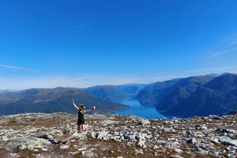Sprong in de lucht bij prachtig uitzicht vanaf Mount Molden
