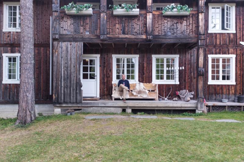 Op de veranda bij het hotel Herangtunet in een bosrijke omgeving