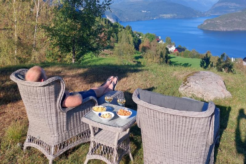Gezellig een drankje doen bij het schitterende uitzicht bij het gezellige huisje aan de Nordfjord